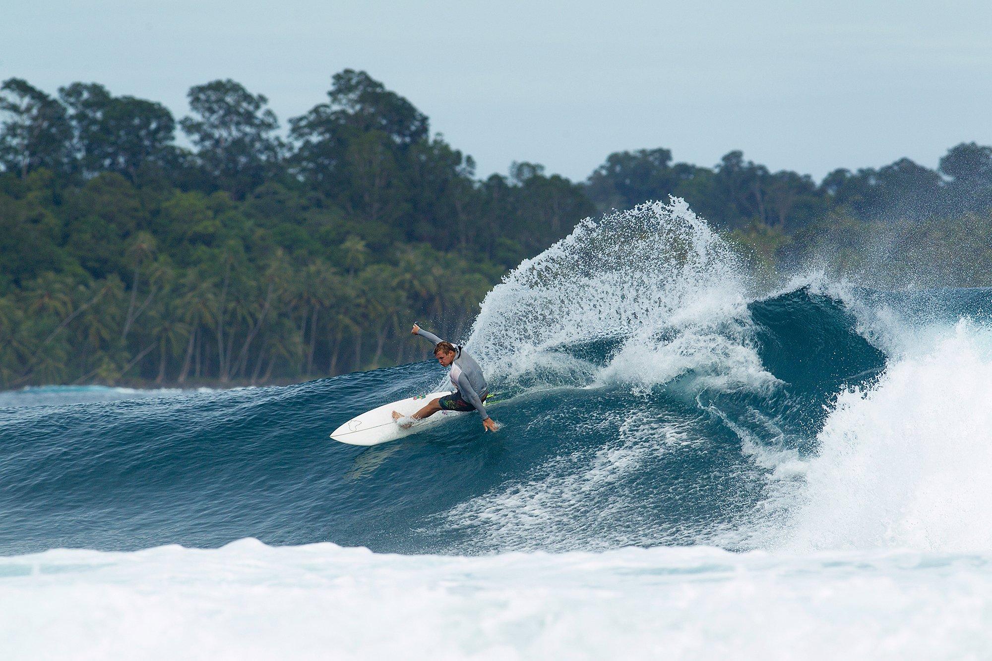 Ratu_Motu_Surfing