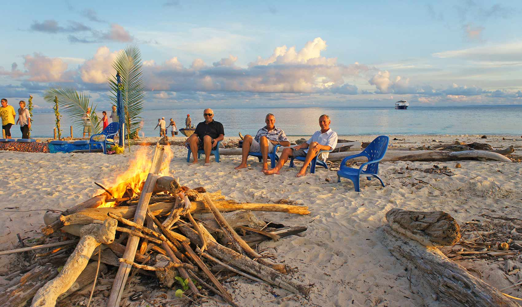 Ratu_Motu_Beach_Bonfire